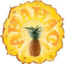 Всем, кто когда-нибудь пробовал свежий ананас, известно, что, если съесть его слишком много, губы и язык будут какое-то время болеть. Это происходит от того, что ананас содержит фермент, который называется бромелайн. Этот фермент в буквальном смысле «разъедает» язык.  Бромелайн обладает свойством разрушать белок. С одной стороны, он способствует перевариванию, помогая организму усваивать белковую пищу. Также вы можете добавить свежий ананасовый сок в стейк, и он быстро размягчит мясо.  С другой — из-за его активности вы не сможете съесть слишком много ананасов, так как под действием бромелайна ваш язык будет в буквальном смысле «перевариваться» этим ферментом. Однако клетки языка восстанавливаются очень быстро, так что вам не грозит вместе с ананасами съесть собственный язык.