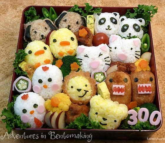 Неотделимая часть японской культуры еды – бэнто, традиционный готовый обед для путешественников. В специальной коробке или контейнере из расчета на одного человека сервируется рис с другими блюдами: припущенной рыбой, маринованными и свежими овощами, соусом в маленькой – с наперсток – бутылочке. Такие же коробочки с едой собирают мамы для детей-школьников и молодые жены для своих еще не слишком хорошо зарабатывающих супругов. Готовый бэнто можно купить в любом супермаркете и в круглосуточных магазинах. При необходимости его тут же вам и разогреют.