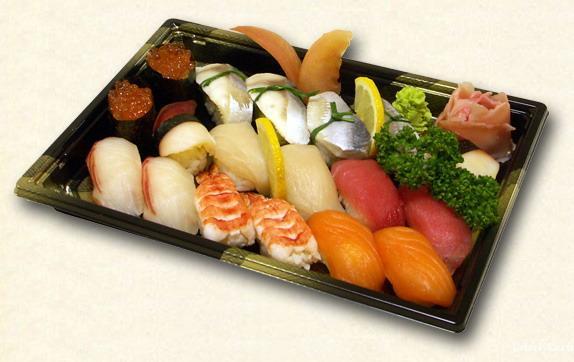 Суши-бум уже прошёл. Для многих это японское блюдо стало уже не экзотикой, а привычной частью рациона. Но споры о пользе и вреде суши до сих пор не утихают. Попробуем ответить на самые распространённые вопросы.