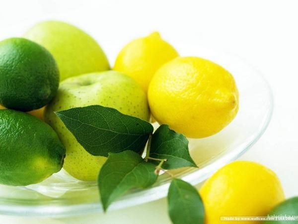 Лимонный сок для похудения     Добавляйте несколько капель лимонного сока к блюдам, содержащим углеводы и крахмал, таким как макароны, картофель, рис. Такая заправка поможет улучшить пищеварение. К тому же лимонная кислота замедляет процесс усвоения сахара, что также идет фигуре лишь на пользу.   Кроме того, в лимоне содержится огромное количество витамина С, который помогает при усвоении кальция и эффективно борется с жировыми отложениями.