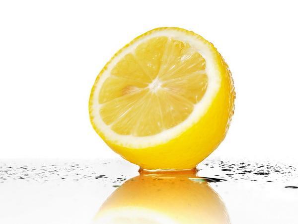 Так что по всем параметрам лимон является превосходным средством для похудения. Можно также добавлять его сок в различные напитки, а цедру - в калорийные блюда. Начинайте день со стакана теплой воды с лимонным соком. Это поможет организму проснуться и настроит его на активную переработку пищи.