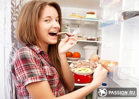 Что же можно посоветовать? Прежде всего, признайтесь самому себе в своих проблемах, заведите пищевой дневник, в который честно будете записывать абсолютно все, что съедаете за день для того, чтобы видеть полную картину своего питания и пытаться ее скорректировать. И помните, что страшные проблемы с обменом веществ, наследственностью и генетикой – это тяжелые, редко встречающиеся заболевания (и даже они не могут служить оправданием безответственного отношения к  своему здоровью), а в большинстве случаев лишние килограммы берутся отнюдь не из воздуха. И да, такие простые правила, как ходить с работы пешком хотя бы часть пути, подниматься  по лестнице без лифта и периодически совершать пробежки еще никто не отменял.