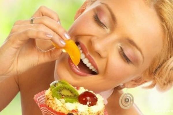Следующий враг — сахар . Если вы  страстная поклонница конфет, пирожных и сладкой газировки, дряблость и обвисание кожи вполне вероятно уже стучатся к вам в дверь, даже если лет вам совсем не много. Сахар вызывает в нашем организме процесс гликирования — медленную реакцию соединения молекул гемоглобина с глюкозой плазмы крови.  В результате повреждаются волокна коллагена и эластана, которые отвечают за тонус кожи. Ну и образуется целлюлит.
