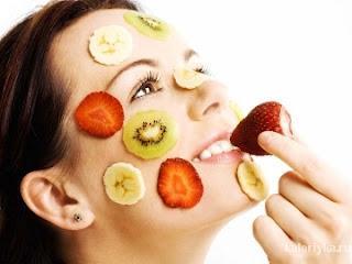 Каротин. Он поддерживает эластичность кожи, препятствует раннему обвисанию. Где искать? Морковь, шпинат, свежая зелень, помидоры и все оранжевые плоды (хурма, тыква, дыня ).