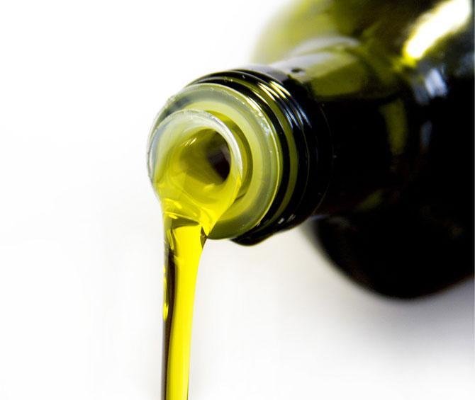 Как ни странно это звучит, но фальсификация оливкового масла — один из самых прибыльных видов «деятельности» итальянской мафии. Доходы от оливкового масла сопоставимы у них с доходами от наркотрафика. Для обычных потребителей это означает, что большая часть оливкового масла на рынке либо сильно разбавлена более дешёвым сырьём, либо является полной имитацией.
