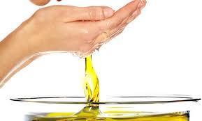 Для рук и ногтей:  Если у Вас проблемные или травмированные интенсивной обработкой ногти, то восстановить их здоровье можно следующим образом: перед сном подержите кончики пальцев в подогретом оливковом масле с добавленным в него лимонным соком.
