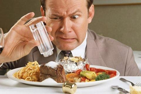 """Натрий - это минерал, содержащийся в продуктах питания, которые ты кушаешь каждый день, например, мясо, орехи, злаки, молочные продукты и т.д. Соль и натрий - это не одно и то же - но соль состоит из натрия (и хлорида). А вот то, что ты, возможно, не знаешь - """"скрытый"""" натрий, содержащийся во всех бакалейных товарах (в форме соли), является основным источником необходимого взрослому человеку натрия (в дополнении к соли, которую ты кладёшь в пищу)."""