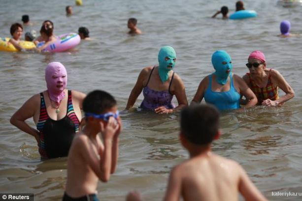 На песочном пляже в Циндао, в северо-восточной китайской провинции Шаньдун, неожиданно появились женщины среднего возраста, одетые в обычные купальники, но на их лицах все увидели немного страшные маски, очень похожие на арсенал грабителей.