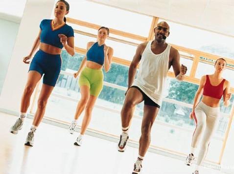 Аэробика не поможет нарастить мышцы, зато здорово улучшает скорость метаболизма сразу же после тренировки. Все дело в высокой интенсивности упражнений. Просто включите аэробные упражнения в свой привычный график занятий и обязательно научитесь чередовать ходьбу с бегом.