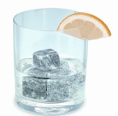 Холодные напитки провоцируют ускорение метаболизма. Исследования показали, что пять-шесть стаканов в день помогают сжигать до десяти калорий — немного, зато приятно осознавать, что до килограмма веса за год можно сбросить, не прибегая ни к каким диетам.