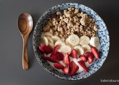 Хороший и полезный завтрак — залог отличного настроения и формы. После сна наш организм находится в режиме невидимого стресса, и если пренебречь завтраком, то мозг «заставит» тело экономить энергию, а значит, автоматически замедлит обменные процессы. В результате мы чувствуем себя не так бодро и хуже усваиваем полезные вещества во время остальных приемов пищи.