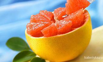 Мы знаем, что грейпфрут — отличный источник витамина C, фолиевой кислоты и калия. Но вдобавок к этому он способствует снижению уровня инсулина в крови, который провоцирует организм на хранение жира и замедляет обмен веществ. Даже половина грейпфрута на завтрак способна зарядить клетки организма энергией.