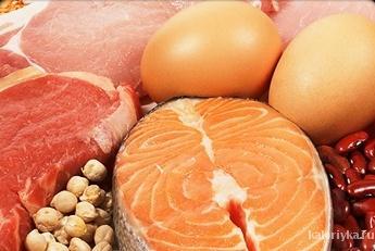 При употреблении белка наш организм сжигает гораздо больше калорий, чем в случае с жирами и углеводами. Замените привычную пасту и жирные продукты в своем рационе рыбой, белым куриным мясом, бобовыми, тофу и нежирным натуральным йогуртом, и ваше тело во всех смыслах почувствует себя легче.
