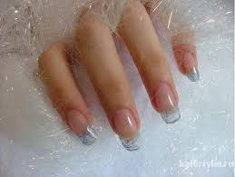 Также желатин используют в шампунях, как протеиновую добавку, в средствах для укрепления ногтей и, конечно, в косметических масках. И не зря. Он положительно влияет на белковый и аминокислотный обмен кожи, улучшая ее состояние. Желатин разглаживает мелкие морщинки, смягчает и отбеливает кожу, улучшает кровообращение.