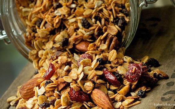 В отличие от магазинных вариантов домашняя гранола не содержит избытка сахара, трансжиров и искусственных добавок
