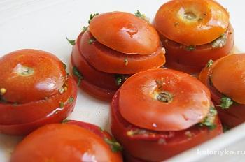Подавать томаты сложенными пирамидкой на отдельной тарелке и украсив листочками зелени.         Можно использовать как гарнир. Приятного аппетита.