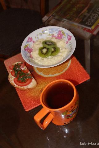 Мой любимый завтрак! Кашка с киви и хрустящий тост с тонким слоем сыра, помидорчиком и зеленью.....и конечно же черный чай!!! :)) Хорошее и позитивное настроение обеспечено на целый день !